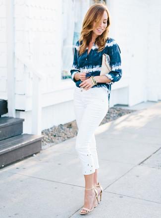 Come indossare: camicia elegante effetto tie-dye blu scuro e bianca, pinocchietti bianchi, sandali con tacco in pelle beige, pochette di paglia beige