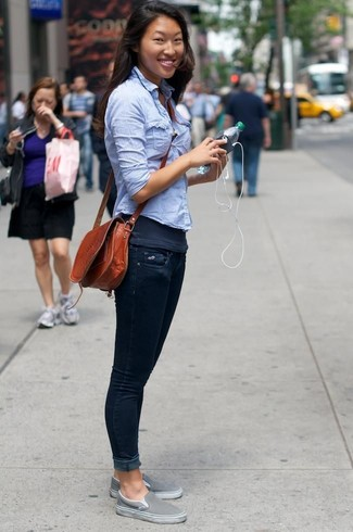 Come indossare e abbinare una canotta grigio scuro: Potresti abbinare una canotta grigio scuro con jeans aderenti blu scuro per un'atmosfera casual-cool. Sneakers senza lacci grigie sono una valida scelta per completare il look.
