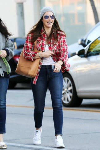 Come indossare: camicia elegante di flanella scozzese rossa, canotta bianca, jeans aderenti blu scuro, sneakers basse bianche