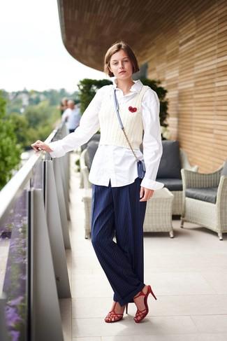 Come indossare: camicia elegante bianca, canotta lavorata a maglia bianca, pantaloni eleganti a righe verticali blu scuro, sandali con tacco in pelle rossi