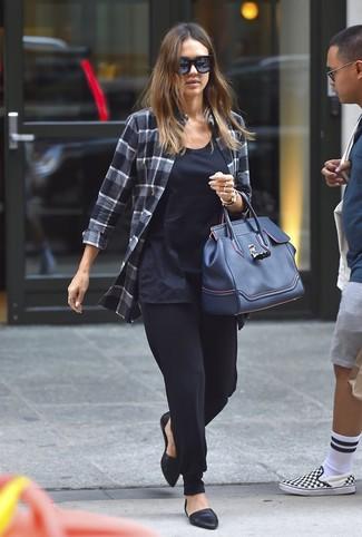 Come indossare: camicia elegante scozzese grigio scuro, canotta blu scuro, pantaloni stretti in fondo neri, ballerine in pelle nere