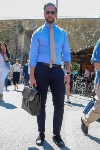 Come indossare e abbinare una cravatta beige: Sfoggia il tuo aspetto migliore con una camicia elegante in chambray azzurra e una cravatta beige. Scegli un paio di sneakers basse di tela nere per un tocco più rilassato.