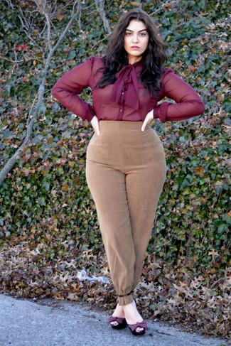 Come indossare e abbinare: camicia elegante di chiffon bordeaux, pantaloni stretti in fondo in pelle scamosciata marrone chiaro, sandali con tacco in pelle bordeaux