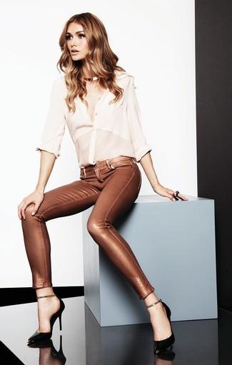 Questa combinazione di una camicia elegante di seta bianca e jeans in pelle dorati ti permetterà di sfoggiare uno stile semplice nel tempo libero. Un paio di décolleté in pelle neri si abbina alla perfezione a una grande varietà di outfit.
