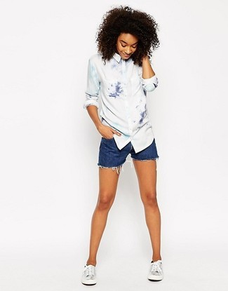 Come indossare: camicia elegante effetto tie-dye bianca, pantaloncini di jeans blu, sneakers basse in pelle argento