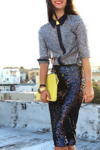 Come indossare: camicia elegante stampata nera e bianca, gonna a tubino con paillettes nera, pochette in pelle gialla, orologio dorato