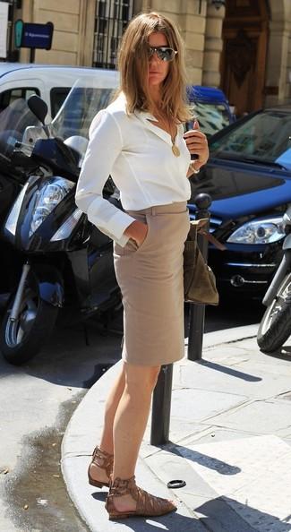 Come indossare: camicia elegante di seta bianca, gonna a tubino beige, sandali piatti in pelle con stampa serpente marroni, occhiali da sole neri e dorati