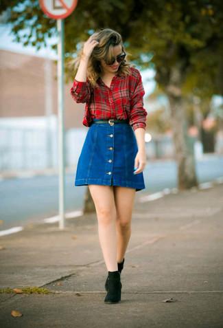 Come indossare: camicia elegante scozzese rossa, gonna con bottoni di jeans blu, stivali chelsea in pelle scamosciata neri, cintura in pelle nera