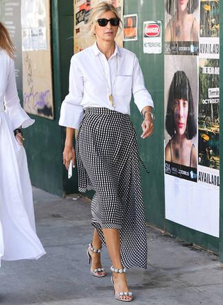 Come indossare: camicia elegante bianca, gonna longuette a quadretti nera e bianca, sandali con tacco in pelle grigi, occhiali da sole neri