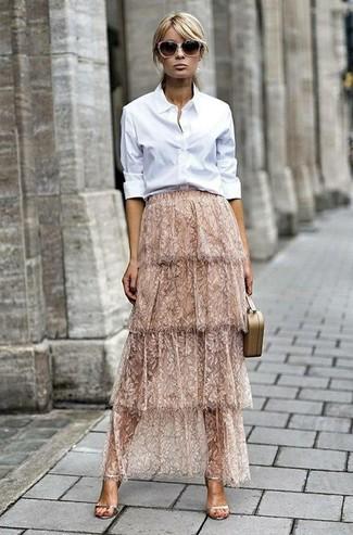 Come indossare: camicia elegante bianca, gonna lunga di pizzo beige, sandali con tacco in pelle dorati, pochette in pelle beige