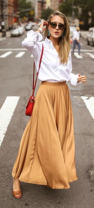 Come indossare e abbinare: camicia elegante bianca, gonna lunga a pieghe marrone chiaro, sandali con tacco in pelle marroni, borsa a tracolla in pelle rossa