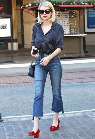 Come indossare: camicia elegante a pois nera, gonna pantalone di jeans blu, décolleté in pelle scamosciata rossi, borsa a tracolla in pelle nera
