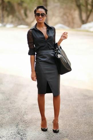 Sfoggia il tuo aspetto migliore con una camicia elegante di chiffon nera e una gonna tubino in pelle nera. Scegli un paio di décolleté in pelle neri per avere un aspetto più rilassato.
