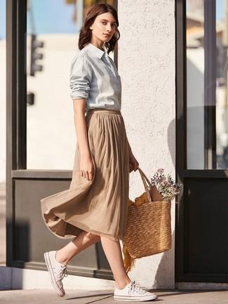 Come indossare: camicia elegante grigia, gonna longuette a pieghe marrone chiaro, sneakers basse di tela bianche, borsa shopping di paglia marrone chiaro