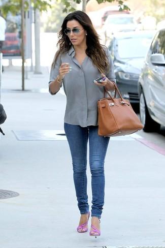 Come indossare e abbinare: camicia elegante grigia, jeans aderenti blu, sandali con tacco in pelle fucsia, borsa shopping in pelle terracotta