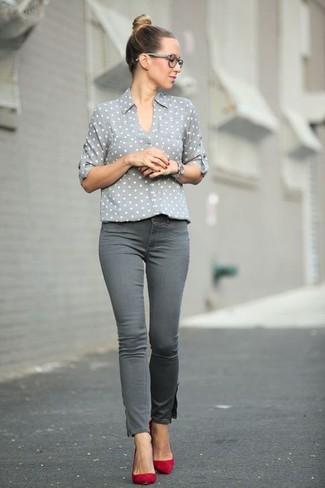 Come indossare: camicia elegante a pois grigia, jeans aderenti grigi, décolleté in pelle scamosciata rossi, orologio argento