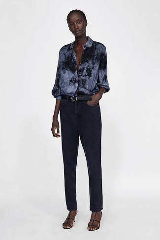 Come indossare: camicia elegante effetto tie-dye grigio scuro, jeans neri, sandali con tacco in pelle neri, cintura in pelle nera