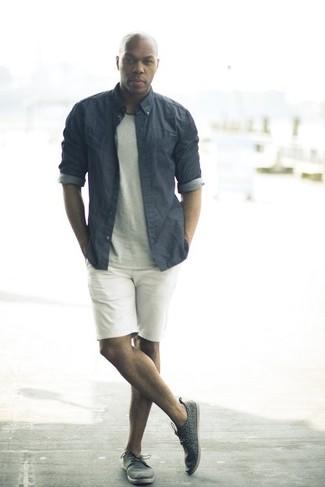 Come indossare e abbinare una camicia elegante in chambray grigia: Vestiti con una camicia elegante in chambray grigia e pantaloncini bianchi per un look davvero alla moda. Scegli un paio di sneakers basse in pelle grigio scuro come calzature per un tocco più rilassato.