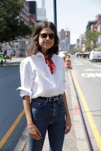 Come indossare e abbinare: camicia elegante bianca, jeans aderenti blu, bandana rossa, cintura in pelle nera