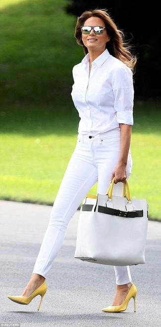 Come indossare: camicia elegante bianca, jeans aderenti bianchi, décolleté in pelle gialli, borsa shopping in pelle bianca