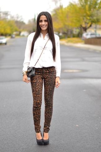 Come indossare: camicia elegante bianca, jeans aderenti leopardati marrone chiaro, décolleté in pelle scamosciata neri, borsa a tracolla in pelle trapuntata nera