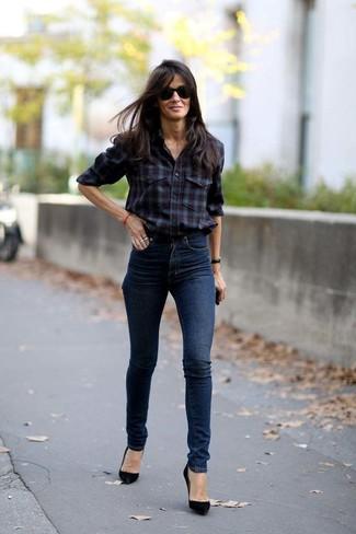 Come indossare: camicia elegante scozzese bordeaux, jeans aderenti blu scuro, décolleté in pelle scamosciata neri, occhiali da sole neri