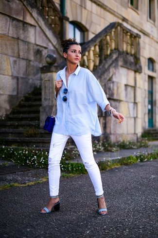 Come indossare: camicia elegante azzurra, jeans aderenti strappati bianchi, sandali con tacco in pelle azzurri, borsa a tracolla in pelle blu