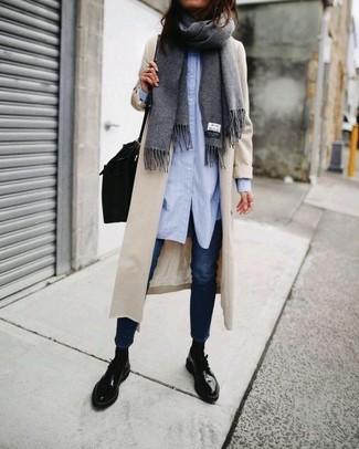 Per creare un look adatto a un pranzo con gli amici nel weekend potresti indossare una camicia elegante azzurra e jeans aderenti blu scuro. Scarpe derby in pelle nere per donna di Marsèll aggiungono un tocco particolare a un look altrimenti classico.