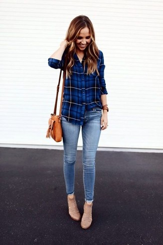 Come indossare: camicia elegante scozzese blu, jeans aderenti azzurri, stivaletti in pelle scamosciata beige, borsa a tracolla in pelle marrone chiaro