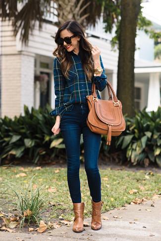 Come indossare: camicia elegante scozzese blu scuro, jeans aderenti blu scuro, stivaletti in pelle marrone chiaro, cartella in pelle marrone chiaro