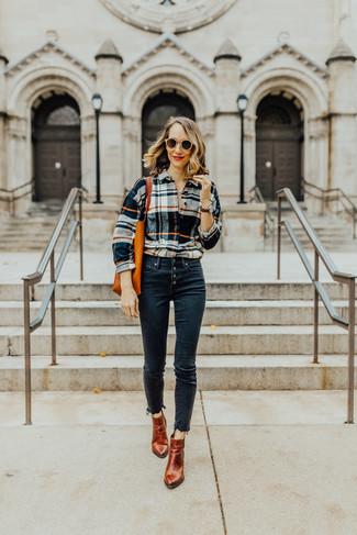 Come indossare: camicia elegante scozzese multicolore, jeans aderenti blu scuro, stivaletti in pelle terracotta, borsa shopping in pelle arancione