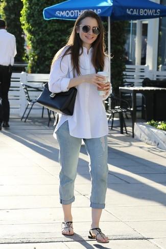 Come indossare e abbinare: camicia elegante bianca, jeans boyfriend strappati azzurri, infradito in pelle decorati neri, cartella in pelle nera