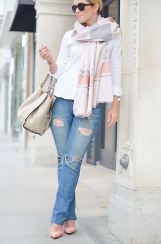 Come indossare: camicia elegante bianca, jeans strappati blu, décolleté in pelle scamosciata rosa, borsa shopping in pelle beige