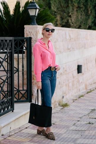 Trend da donna: Indossa una camicia elegante fucsia con jeans blu scuro per un outfit comodo ma studiato con cura. Calza un paio di sabot in cavallino leopardati marrone chiaro per dare un tocco classico al completo.