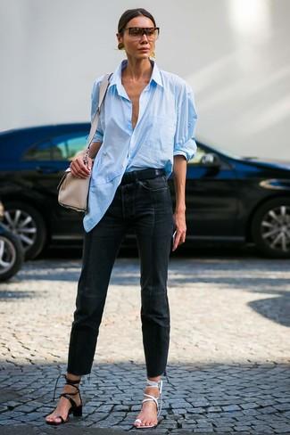 Come indossare: camicia elegante azzurra, jeans neri, sandali con tacco in pelle bianchi, sandali con tacco in pelle neri