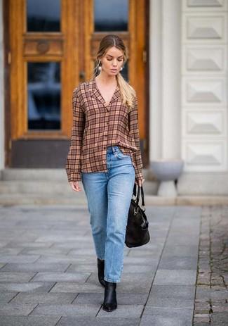 Come indossare: camicia elegante scozzese marrone, jeans azzurri, stivaletti in pelle neri, borsa shopping in pelle nera