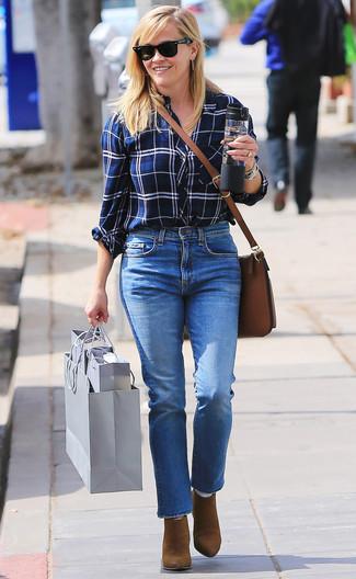 Come indossare e abbinare stivaletti in pelle scamosciata marroni: Coniuga una camicia elegante scozzese bianca e blu scuro con jeans blu per un outfit che si fa notare. Stivaletti in pelle scamosciata marroni sono una interessante scelta per completare il look.