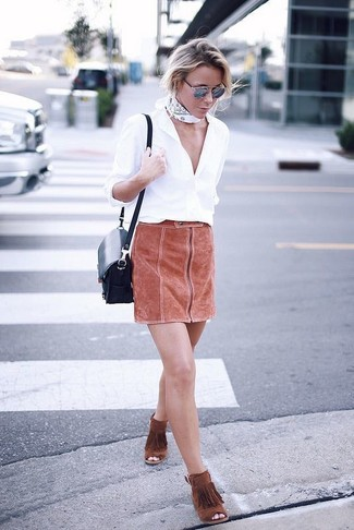 Come indossare: camicia elegante bianca, minigonna in pelle scamosciata terracotta, stivaletti in pelle scamosciata con frange terracotta, borsa a tracolla in pelle blu scuro