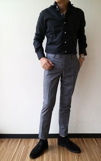 Come indossare e abbinare chukka in pelle scamosciata nere: Indossa una camicia elegante nera e pantaloni eleganti grigio scuro per essere sofisticato e di classe. Non vuoi calcare troppo la mano con le scarpe? Mettiti un paio di chukka in pelle scamosciata nere per la giornata.