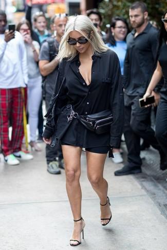 Come indossare: camicia elegante nera, pantaloncini ciclisti neri, sandali con tacco in pelle neri, marsupio in pelle nero