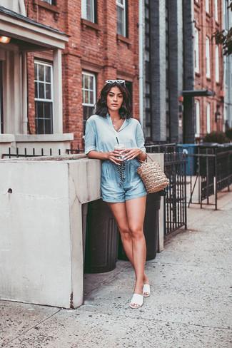 Come indossare: camicia elegante di seta azzurra, pantaloncini azzurri, sandali piatti in pelle bianchi, borsa a secchiello di paglia marrone chiaro