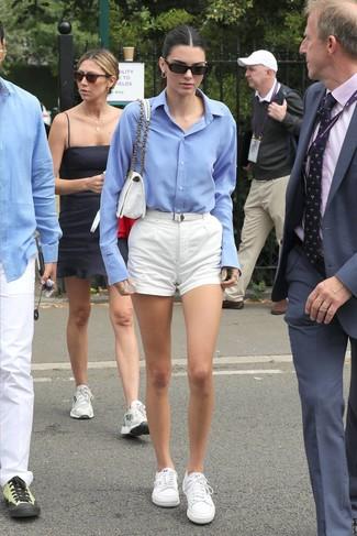 Come indossare e abbinare: camicia elegante azzurra, pantaloncini bianchi, sneakers basse bianche, cartella di tela bianca