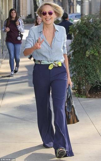 Come indossare: camicia elegante in chambray azzurra, pantaloni a campana blu scuro, borsa shopping in pelle blu scuro, sciarpa di seta stampata gialla