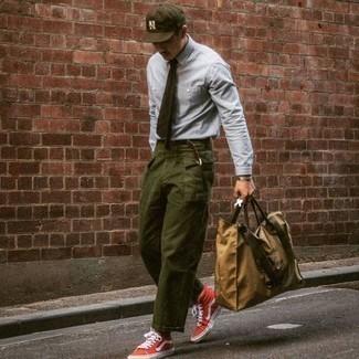 Come indossare e abbinare un bracciale argento: Potresti abbinare una camicia elegante in chambray azzurra con un bracciale argento per una sensazione di semplicità e spensieratezza. Questo outfit si abbina perfettamente a un paio di sneakers alte di tela rosse e bianche.