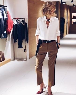 Come indossare e abbinare un gioiello per una donna di 50 anni: Punta su una camicia elegante di chiffon bianca e un gioiello per una sensazione di semplicità e spensieratezza. Décolleté in pelle rossi sono una splendida scelta per completare il look.