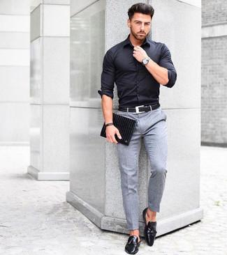 Come indossare e abbinare: camicia elegante nera, pantaloni eleganti di lana grigi, mocassini con nappine in pelle neri, pochette in pelle nera