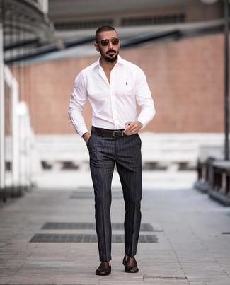 Come indossare e abbinare: camicia elegante bianca, pantaloni eleganti a righe verticali grigio scuro, mocassini eleganti in pelle tessuti marrone scuro, cintura in pelle marrone scuro