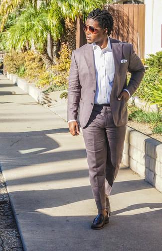 Trend da uomo in modo formale: Prova ad abbinare una camicia elegante bianca con pantaloni eleganti di lino marroni per un look elegante e di classe. Non vuoi calcare troppo la mano con le scarpe? Indossa un paio di mocassini eleganti in pelle neri per la giornata.