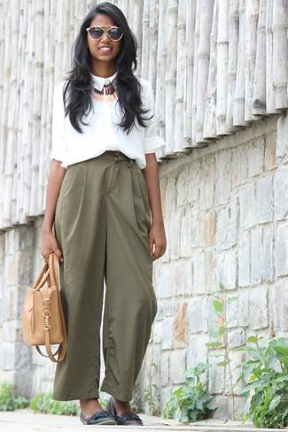 Come indossare: camicia elegante di seta bianca, pantaloni larghi verdi, ballerine in pelle nere, borsa shopping in pelle marrone chiaro