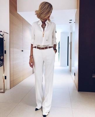 Come indossare: camicia elegante di chiffon bianca, pantaloni larghi bianchi, décolleté in pelle bianchi e neri, cintura in pelle marrone